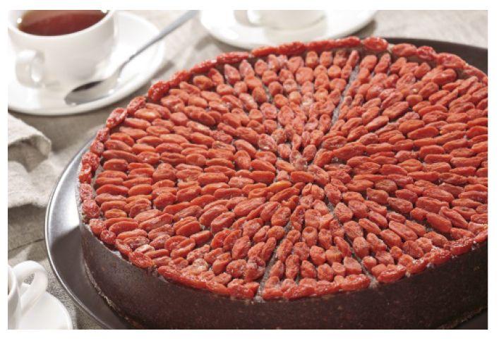 Торт шоколадно-апельсиновый с ягодами годжи